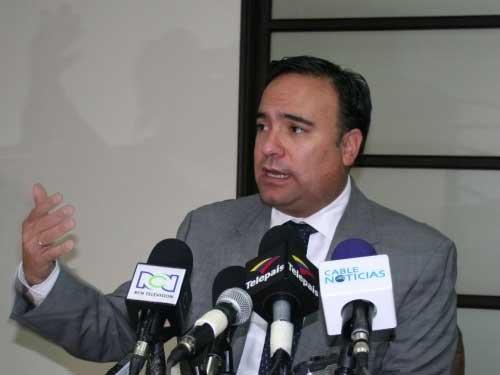 Ministro plata en rueda de prensa